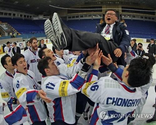 Cris de joie avec le président de l'Association coréenne de hockey sur glace ⓒ Hockey photo Lim Chae-woo.