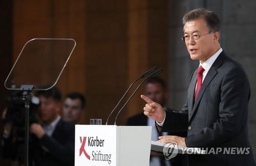 Le président Moon Jae-in prononce un discours à l'ancienne mairie de Berlin à l'invitation de la fondation Korber (Photo d'archives Yonhap)