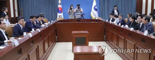 La première réunion des ministres en charge des affaires économiques de l'administration Moon Jae-in se tient le dimanche 16 juillet 2017 au complexe gouvernemental à Séoul.