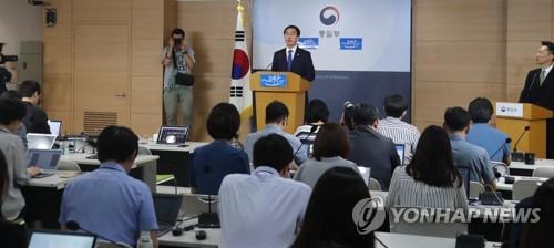 Le ministre de l'Unification, Cho Myoung-gyon, lors d'une conférence de presse le 17 juillet 2017, le jour où Séoul a proposé à Pyongyang deux dialogues, l'un militaire et l'autre humanitaire entre Croix-Rouge des deux Corées.