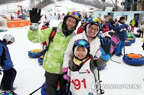 Des touristes d'Asie du Sud-Est participent à un festival de ski (Photo d'archives Yonhap)