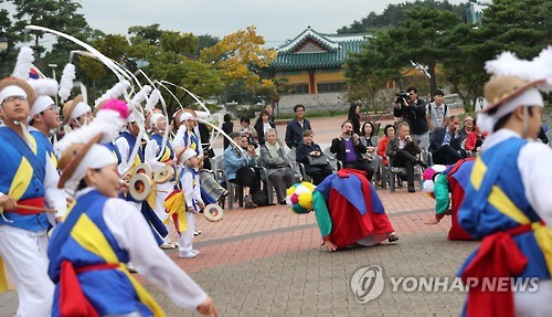 Des diplomates étrangers regardent un spectacle de musique traditionnelle coréenne, «nongak», à Ojukheon, à Gangneung. (Photo d'archives Yonhap)