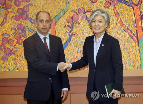 La ministre des Affaires étrangères Kang Kyung-wha serre la main de Tomas Ojea Quintana, rapporteur spécial des Nations unies sur les droits de l'Homme en Corée du Nord, ce lundi 17 juillet 2017 à Séoul.