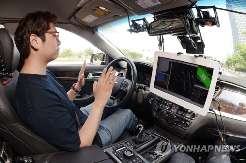Un chercheur de l'université nationale de Séoul essaie un véhicule autonome protocolaire, appelé SNUver, en juin 2017 (Photo d'archives)