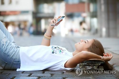 Le nouveau smartphone à prix réduit mais performant de LG, Q6 (LG Electronics=Yonhap)