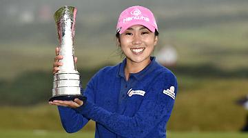 Kim In-kyung soulève le trophée après avoir gagné le Ricoh Women's British Open, l'un des cinq tournois majeurs du circuit LPGA, à Fife, en Ecosse, le dimanche 6 août 2017. © AP