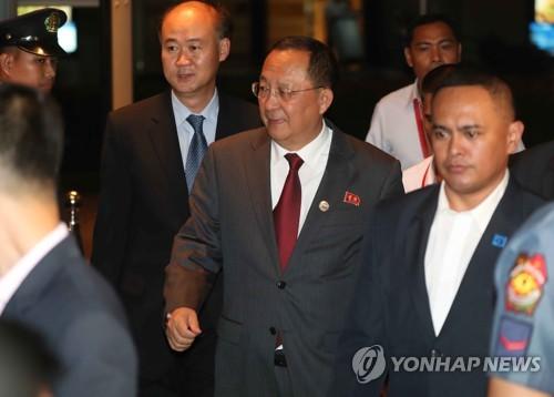 Le ministre nord-coréen des Affaires étrangères Ri Yong-ho (au centre).