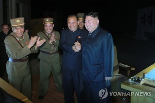Le jeune leader nord-coréen, présent au moment du tir de missile balistique de portée intercontinentale, Hwasong-14, le soir du 28 juillet 2017 (Utilisation en Corée du Sud uniquement et redistribution interdite).