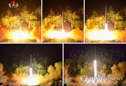 La Corée du Nord a tiré un missile balistique de portée intercontinentale (ICBM) le soir du vendredi 28 juillet 2017, qui a atteint une altitude de 3.724,9 km, parcouru 998 km et volé pendant 47 minutes 12 secondes. Ce tir d'essai de missile balistique de niveau intercontinental a été précédé d'un premier du même genre qui a été effectué le 4 juillet 2017. L'image a été diffusée samedi par la Télévision centrale nord-coréenne (KCTV). (Utilisation en Corée du Sud uniquement et redistribution interdite)