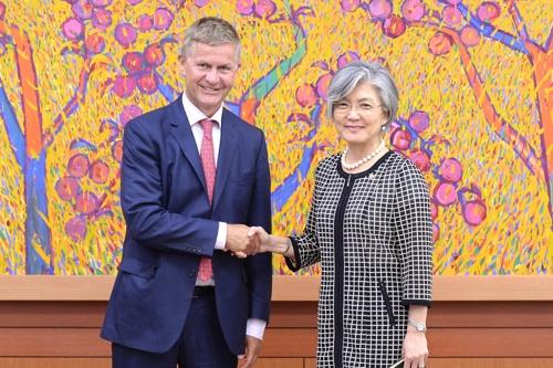 La ministre des Affaires étrangères Kang Kyung-wha et Erik Solheim, directeur exécutif du Programme des Nations unies pour l'environnement ce mercredi 8 août 2017.