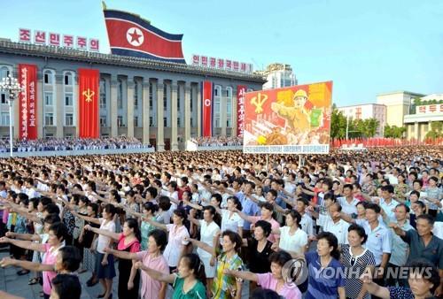 Des habitants de Pyongyang à un rassemblement organisé le 9 août 2017 pour contester l'adoption d'une nouvelle résolution onusienne contre la Corée du Nord. (Utilisation uniquement en Corée du Sud et redistribution interdite)