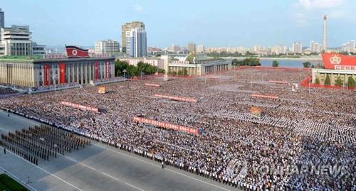 Des Pyongyangais sont massivement rassemblés le 9 août 2017 sur la place Kim Il-sung afin de soutenir la position de son gouvernement contestant la nouvelle résolution du Conseil de sécurité des Nations unies imposant des sanctions à son encontre. (Utilisation uniquement en Corée du Sud et redistribution interdite)