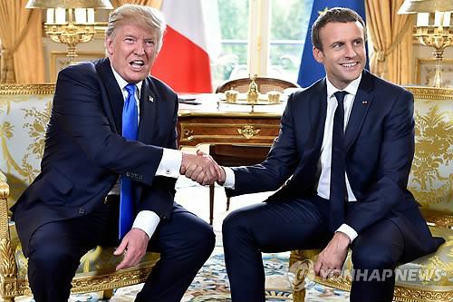 Le président américain Donald Trump (à gauche) et son homologue français Emmanuel Macron au palais de l'Elysée le 13 juillet 2017 (EPA=Yonhap)