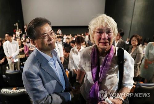 Le président Moon Jae-in et Edeltraut Brahmstaedt, la veuve de l'ancien journaliste allemand Jurgen Hinzpeter, après avoir regardé «A Taxi Driver» dans un cinéma de Yongsan, à Séoul le 13 août 2017.