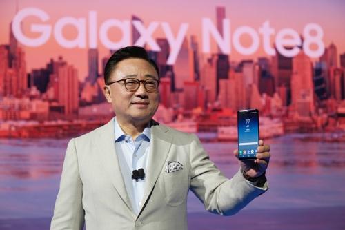 Le chef de la division mobile de Samsung Electronics Co., Koh Dong-jin, présente le Galaxy Note 8 à New York