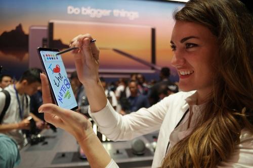 Une hôtesse effectue une démonstration du Galaxy Note 8 à l'aide d'un stylet S Pen, le 23 août 2017 (heure américaine).