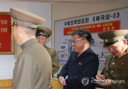 Sur cette photo publiée par la KCNA le 23 août 2017, un panneau sur le mur montre la structure du «Pukguksong-3»