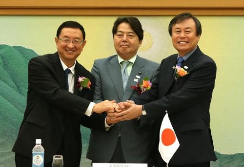 Le ministre sud-coréen Do Jong-hwan (à droite) avec ses homologues chinois et japonais, Luo Shugang et Yoshimasa Hayashi, le 26 août 2017 à Kyoto.