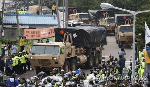 Arrivée à Seongju de véhicules transportant des lanceurs du THAAD et d'autres équipements et matériaux de construction.