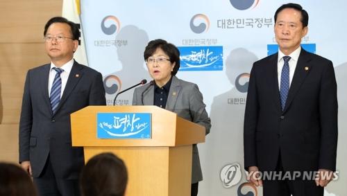 La ministre de l'Environnement Kim Eun-kyung (au centre), le minsitre de la Défense Song Young-moo (à droite) et le ministre de l'Intérieur Kim Boo-kyum donnent une conférence de presse conjointe sur le déploiement du THAAD le 7 septembre 2017
