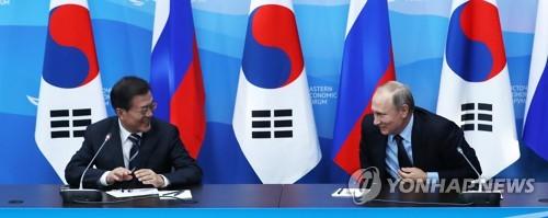 Le président Moon Jae-in (à gauche) et son homogue russe Vladimir Poutine lors d'une conférence de presse conjointe donnée à l'issue de leur sommet bilatéral le 6 septembre 2017 à Vladivostok.