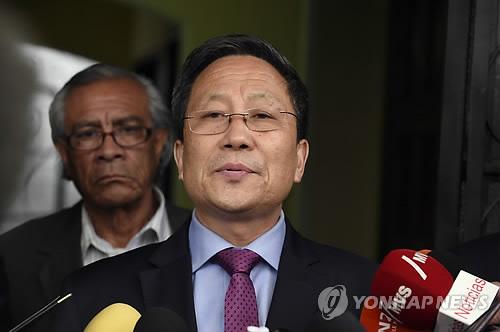 L'ambassadeur nord-coréen au Mexique, Kim Hyong-gil, répond à des questions de journalistes