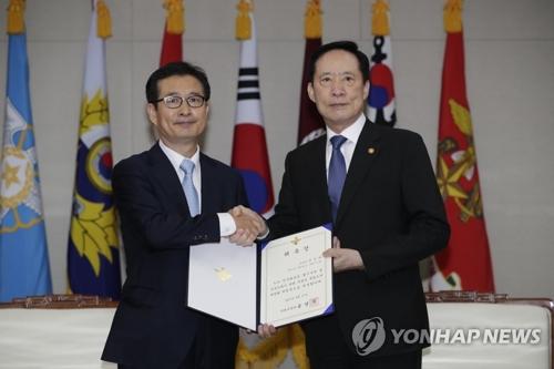Le ministre de la Défense Song Young-moo et le chef de l'équipe d'investigation spéciale sur la répression militaire du mouvement pour la démocratisation du 18-Mai, Lee Kun-ri