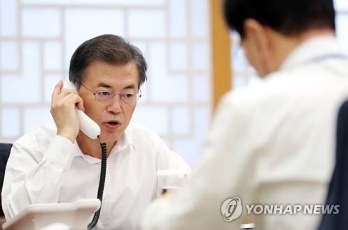Le président Moon Jae-in parle à son homologue français Emmanuel Macron ce lundi 11 septembre 2017 à son bureau à Séoul.