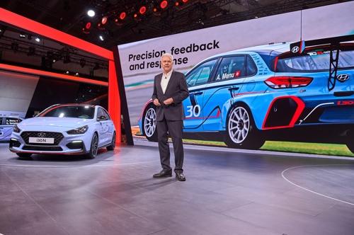 Le vice-président exécutif de Hyundai Motor en charge du développement de la performance automobile, Albert Biermann, présente des véhicules au Salon automobile de Francfort © Hyundai Motor Co.