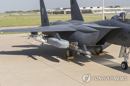 Un missile air-sol Taurus monté sur un avion de chasse de l'armée de l'air sud-coréenne. (Photo d'archives Yonhap)