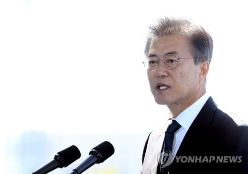 Le président Moon Jae-in prononce un discours lors de la cérémonie célébrant le 64e anniversaire de la fondation des Gardes-côtes, le mercredi 13 septembre 2017, à Incheon.