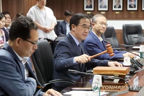 Le ministre de l'Unification, Cho Myoung-gyon, annonce à l'aide d'un marteau l'approbation par le gouvernement sud-coréen d'une assistance au peuple nord-coréen, lors d'une réunion au complexe gouvernemental à Séoul, le jeudi 21 septembre 2017.