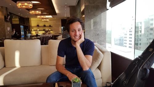 Le chanteur français Vianney lors de l'entretien accordé à Yonhap à l'hôtel Sheraton Seoul Palace Gangnam, le samedi 23 septembre 2017.