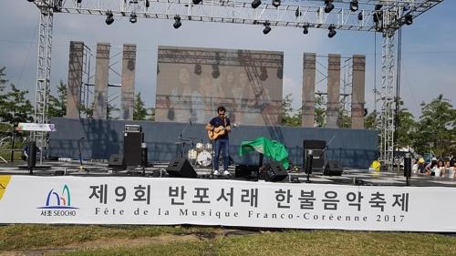 Vianney effectue des réglages de son avant le concert du «Festival de musique Corée-France au village Seorae» au Banpo Han River Park à Séoul. le samedi 23 septembre 2017.