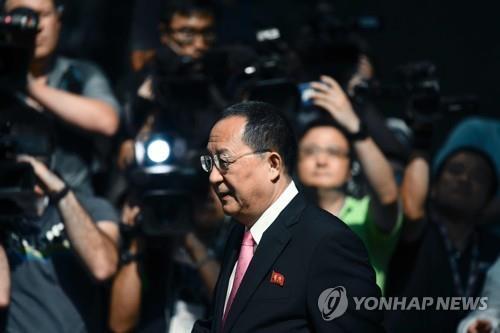 Le ministre nord-coréen des Affaires étrangères, Ri Yong-ho, entouré par la presse devant son hôtel à New York, le 25 septembre 2017 (AFP=Yonhap)