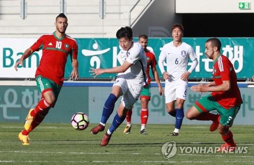 L'ailier sud-coréen Son Heung-min (au centre) effectue un tir lors d'un match amical contre le Maroc à la Tissot Arena de Bienne, en Suisse, le mardi 10 octobre 2017.