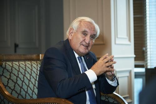 L'ancien Premier ministre français Jean-Pierre Raffarin lors d'une interview accordée à l'agence Yonhap et à la chaîne d'information Yonhap News TV dans les bureaux de Nexentech à Séoul. ⓒ Nexentech
