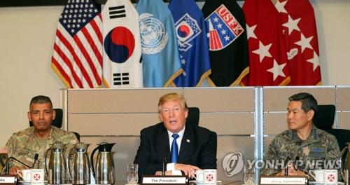 Le président américain Donald Trump reçoit un briefing de la part des forces sud-coréennes et américaines sur la situation actuelle dans la région de la péninsule coréenne le mardi 7 novembre 2017, au quartier général du 8e corps de l'armée américaine à Camp Humphreys à Pyeongtaek.