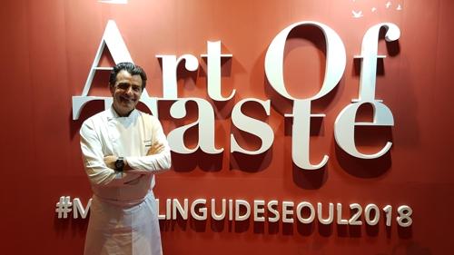 Le chef français Yannick Alléno, deux fois triplement étoilé, après l'entretien accordé à Yonhap à l'hôtel Signiel, au 76e étage de la Lotte World Tower, en marge de la soirée «Art of Taste» pour célébrer la publication de la deuxième édition du guide Michelin Séoul, le mercredi 8 novembre 2017.