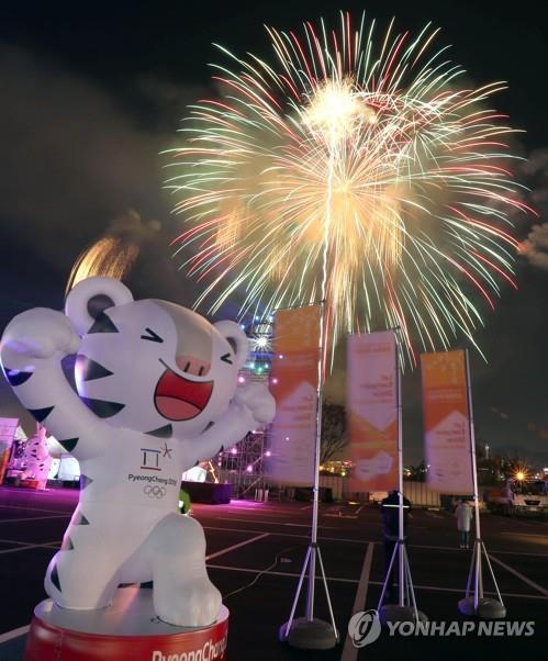 Des feux d'artifice illuminent le ciel de Busan le 4 novembre 2017 pour célébrer l'arrivée de la flamme olympique des JO d'hiver de PyeongChang.