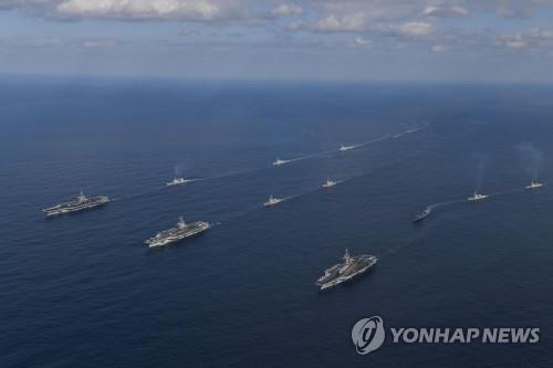 Trois porte-avions américains dans la mer de l'Est, conduisant des navires de guerre sud-coréens et américains lors d'un exercice naval sud-coréano-américain, le 12 novembre 2017. Photo fournie par la marine sud-coréenne.