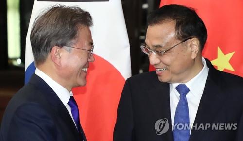 Le président Moon Jae-in et le Premier ministre chinois Li Keqiang lors d'une réunion en marge du sommet de l'Asean, le 13 novembre 2017, à Manille, aux Philippines.