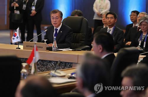 Le président Moon Jae-in assiste le 14 novembre 2017 au sommet de l'Association des nations de l'Asie du Sud-Est (Asean) plus trois (Corée du Sud, Chine et Japon), au Philippine International Convention Center (PICC) à Manille.