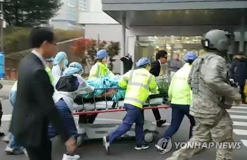 Un Nord-Coréen en uniforme militaire, blessé par les balles de l'armée nord-coréenne alors qu'il fuyait vers la Corée du Sud, est transporté dans un hôpital le 13 novembre 2017.
