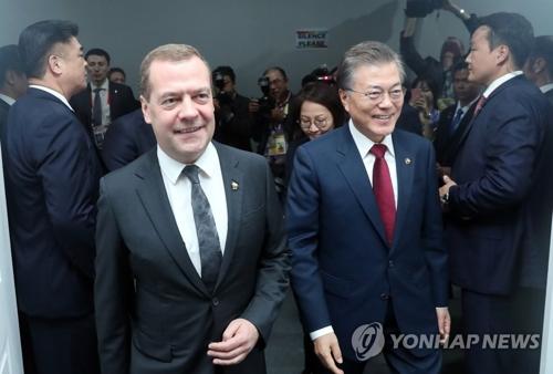 Le président Moon Jae-in et le Premier ministre russe Dmitri Medvedev avant leur sommet bilatéral au Philippine International Convention Center (PICC) à Manille