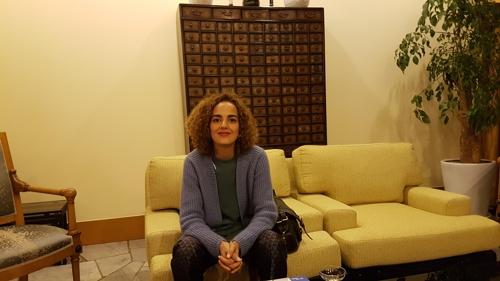 Leïla Slimani pose pour Yonhap dans un salon de la résidence de l'ambassadeur de France à Séoul, le mardi 14 novembre 2017.