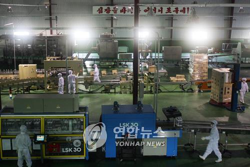 Cette photo d'archives prise le 18 juillet 2007 montre la production d'eau embouteillée dans une usine située près du mont Kumgang en Corée du Nord.