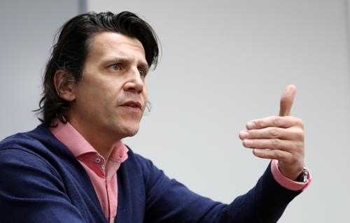 Christophe Dubi, le directeur exécutif des Jeux olympiques pour le Comité international olympique, s'exprime devant l'agence de presse Yonhap lors d'une interview donnée à PyeongChang, la ville hôte des Jeux d'hiver 2018, le 22 novembre 2017.