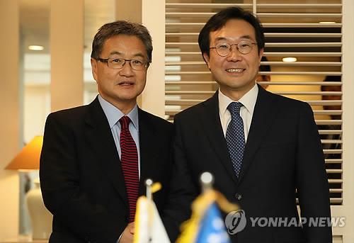 Le représentant spécial pour la paix sur la péninsule coréenne et les affaires de sécurité Lee Do-hoon (à droite) et le représentant américain aux pourparlers à six Joseph Yun.