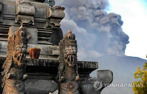 Le volcan Agung perturbe le trafic aérien — Bali